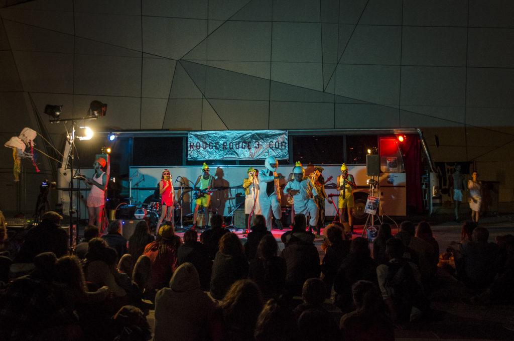 Performance par Rouge Rouge n3 au Festival d'Aurillac 2016.